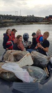 Vi tar med oss 8 fulle søppelsekkar i båten.